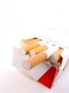 Nikotinkonsum erhöht das Risiko, an Krebs zu erkranken. Foto: Thomas Siepmann / pixelio.de